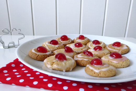Schwedische Weihnachtsplätzchen: Kirsch-Drömmar. Rezept für einfache Plätzchen