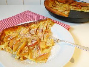 Pfannkuchen aus dem Ofen mit Äpfeln und Zimt