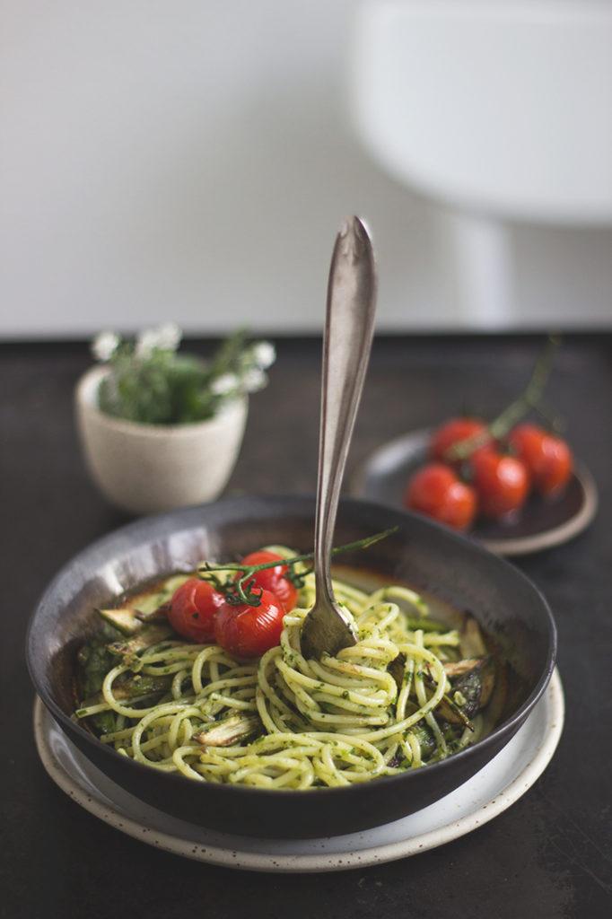 Pasta mit Bärlauchpesto, Kirschtomaten und gebratenem grünen Spargel. Vegan und einfach