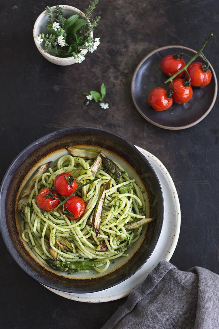 Rezept für Nudeln mit Bärlauchpesto und gebratenem grünen Spargel - schnelles, veganes Rezept