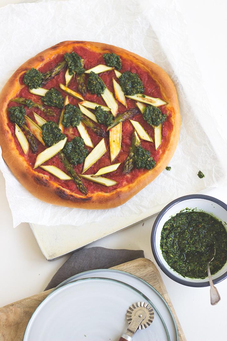 vegane Pizza mit Bärlauchpesto und grünem Spargel