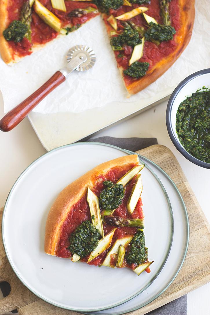 Pizza mit grünem Spargel und Bärlauchpesto. Rezept vegan