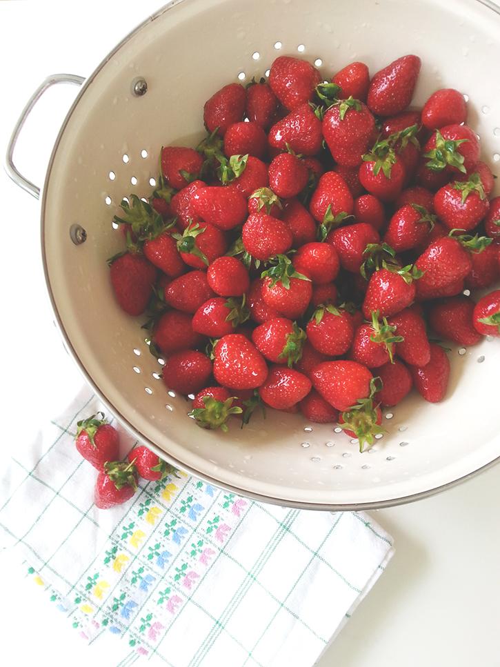 Rezept für Erdbeerstreuselkuchen. Erdbeerkuchen vom Blech mit Quark und Streuseln. Holunderweg18
