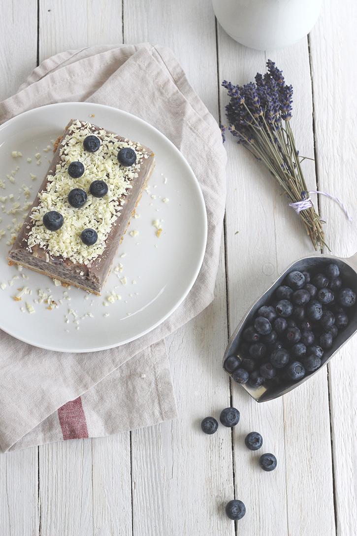 Heidelbeer-Parfait mit Keksboden und weißer Schokolade. Eis ohne Eismaschine ganz einfach mit diesem Rezept für Parfait mit Blaubeeren. Holunderweg18