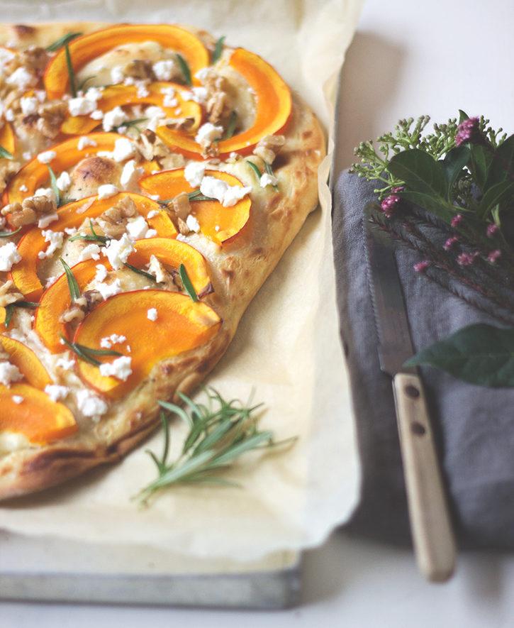 Rezept für Kürbis-Flammkuchen mit Feta und Walnüssen, vegetarisch