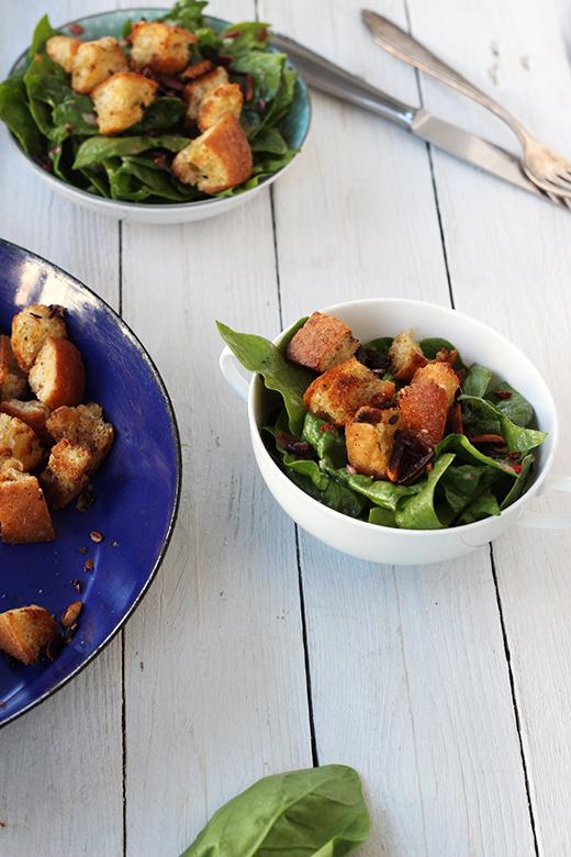Spinatsalat mit Datteln, Rezept nach Ottolenghi