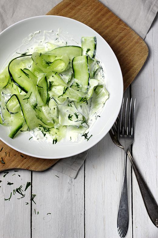 Gurkensalat mit Schmand und Dill, einfaches Rezept für klassischen Gurkensalat. Holunderweg18