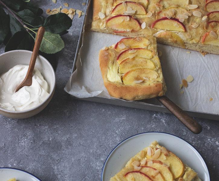 Saftiger Apfelkuchen vom Blech: Apfel-Blechkuchen mit Hefeteig, Schmand und Zimt.