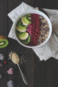Frühstücksbowl: Smoothie Bowl mit Beeren und Banane - einfaches Rezept gesundes Frühstück