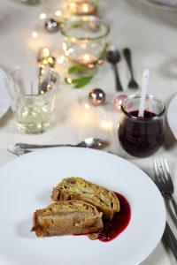 Wirsing-Maronen-Strudel mit Cranberrysauce. Hauptspeise vegetarisches Weihnachtsmenü