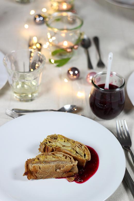 Weihnachtsmenü Vegetarisch.Wirsing Maronen Strudel Mit Cranberrysauce