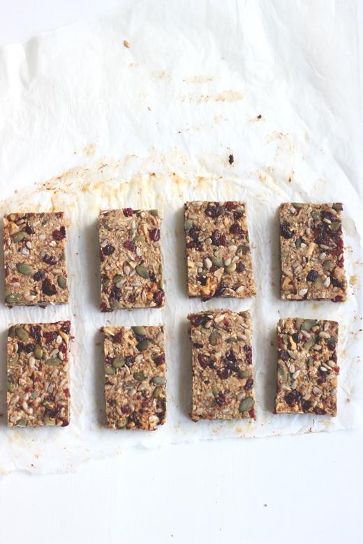 Rezept für kernige Müsliriegel Cranberries, Walnüssen, Kürbiskernen und Haferflocken, Holunderweg18