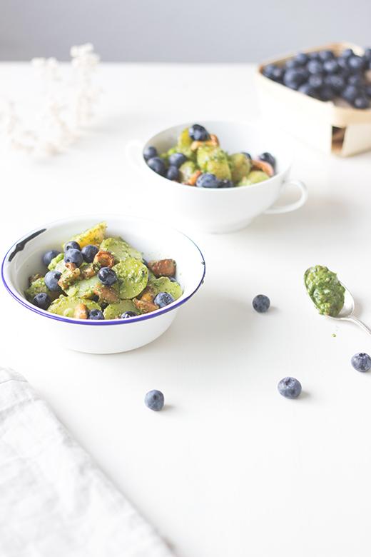 Kartoffelsalat mit Rucolapesto, Heidelbeeren und gebratenen Pfifferlingen, Holunderweg18