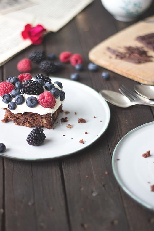 Schokokuchen mit Beeren, frischer Sommerkuchen. Holunderweg18