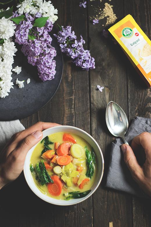 Rezept für Grünes Gemüsecurry mit Süßkartoffeln, Erdnüssen und Galgant, vegan. Holunderweg18