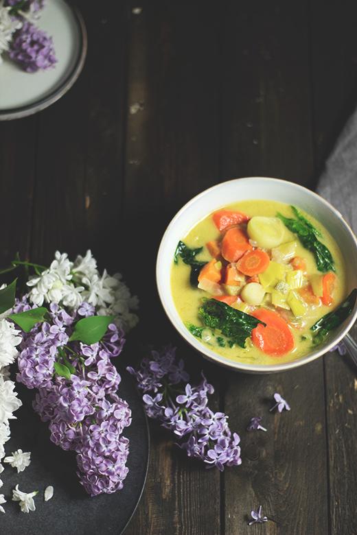 Grünes Gemüse-Erdnuss-Curry mit Galgant