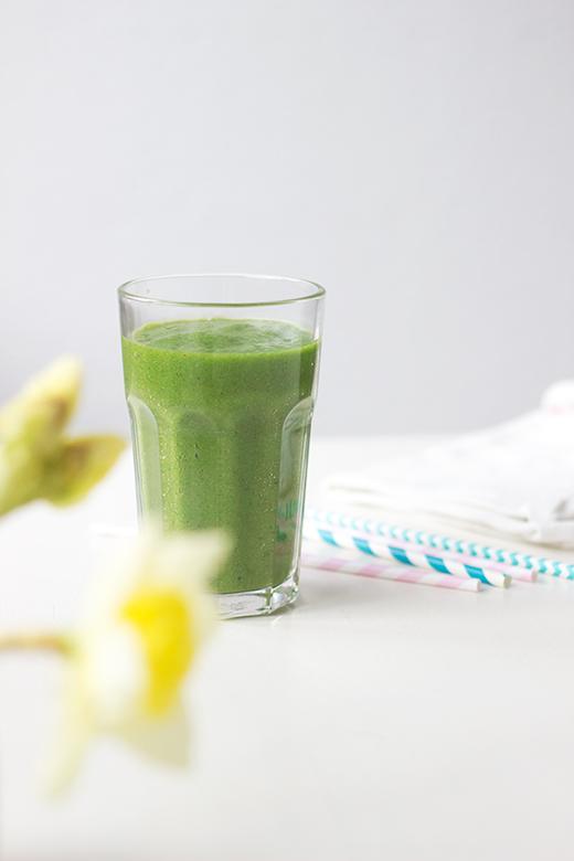 Grüner Smoothie mit Feldsalat, Ananas, Zimt und Kurkuma