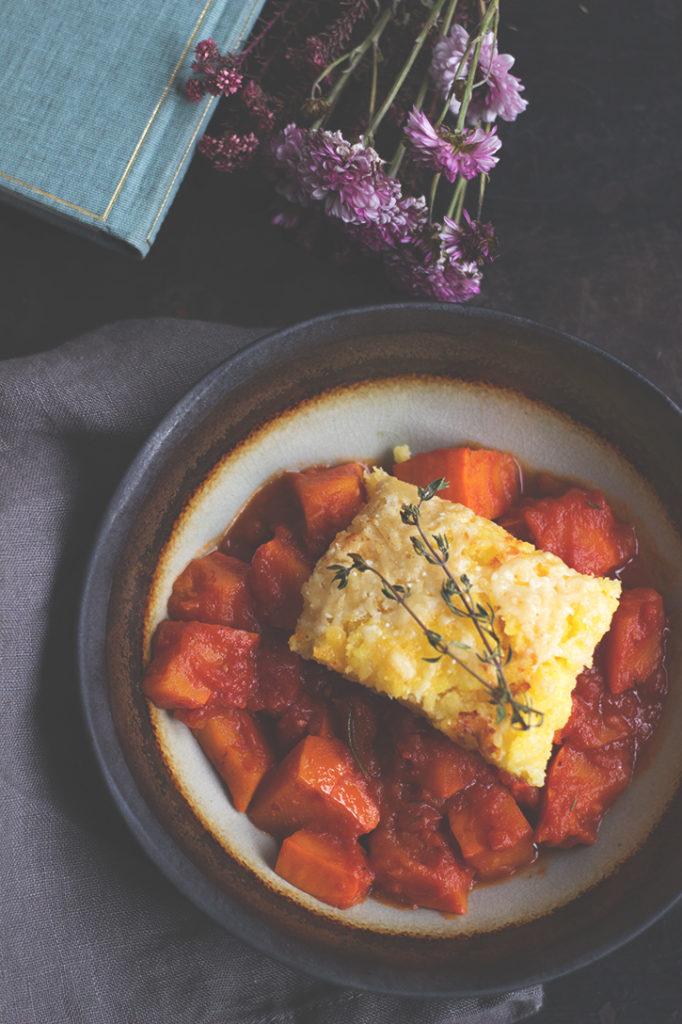 Vegetarisches Rezept für Kürbis-Ragout mit gebackener Polenta