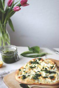 Pizza mit Spargel und Bärlauchpesto, Pizza Bianca, weiße Pizza