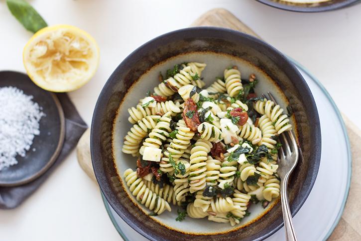 Nudelsalat Rezept: Pesto-Nudelsalat mit getrockneten Tomaten, vegetarisches Rezept. Holunderweg18