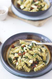 Einfacher und superleckerer Pesto-Nudelsalat mit getrockneten Tomaten und Mozzarella