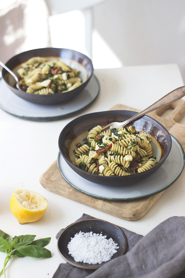 Pesto Nudelsalat mit getrockneten Tomaten. Rezept vegetarischer Nudelsalat. Holunderweg18
