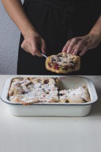 Rezept für Beerenkuchen vom Blech - schwedisches Kuchenrezept für Blechkuchen mit Beeren. Holunderweg18