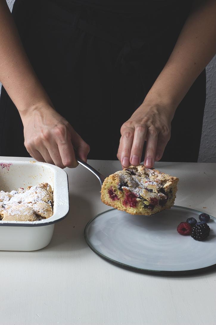 Schwedischer Sommerkuchen: Beerenkuchen vom Blech mit Heidelbeeren und Himbeeren - Rezept für Blechkuchen mit Beeren. Holunderweg18