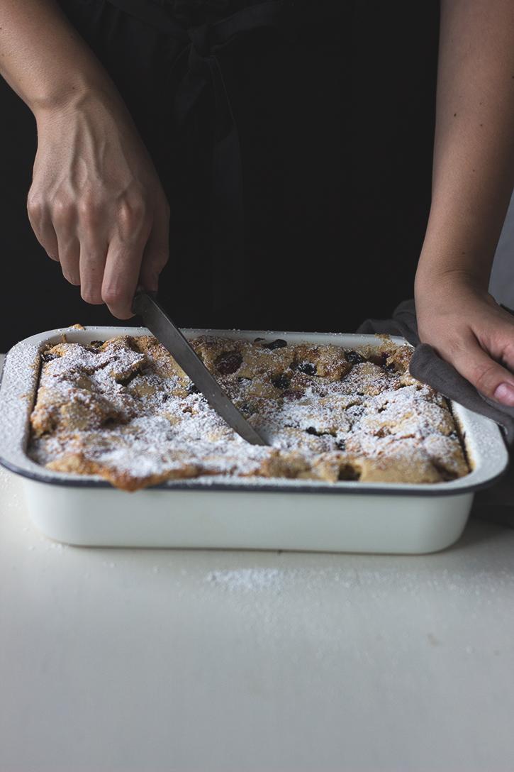 Einfaches Blechkuchen Rezept: Beerenkuchen vom Blech. Sommerlicher Blechkuchen mit Beeren. Holunderweg18