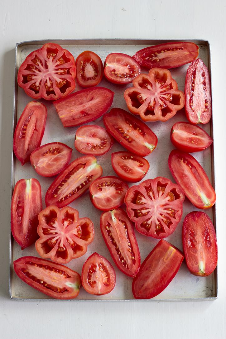 Vegetarisches Rezept für Ofentomatensuppe - herzhafte Tomatensuppe aus ofengerösteten Tomaten. Herrliches Sommerrezept. Holunderweg18