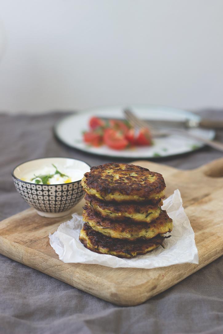 Rezept für Zucchinipuffer mit Feta. Vegetarische Zucchinipuffer.Holunderweg18