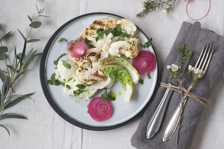 Blumenkohlsteak, Blumenkohlpüree und Birnen-Chutney - vegetarisches Weihnachtsmenü Hauptspeise