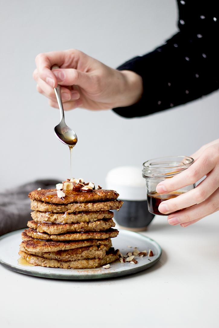 zuckerfreie Pfannkuchen: Haferflocken-Bananen-Pfannkuchen. Gesundes Frühstück