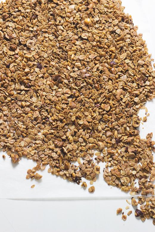 Gebackenes Knuspermüsli mit Nüssen, Haferflocken und Leinsamen