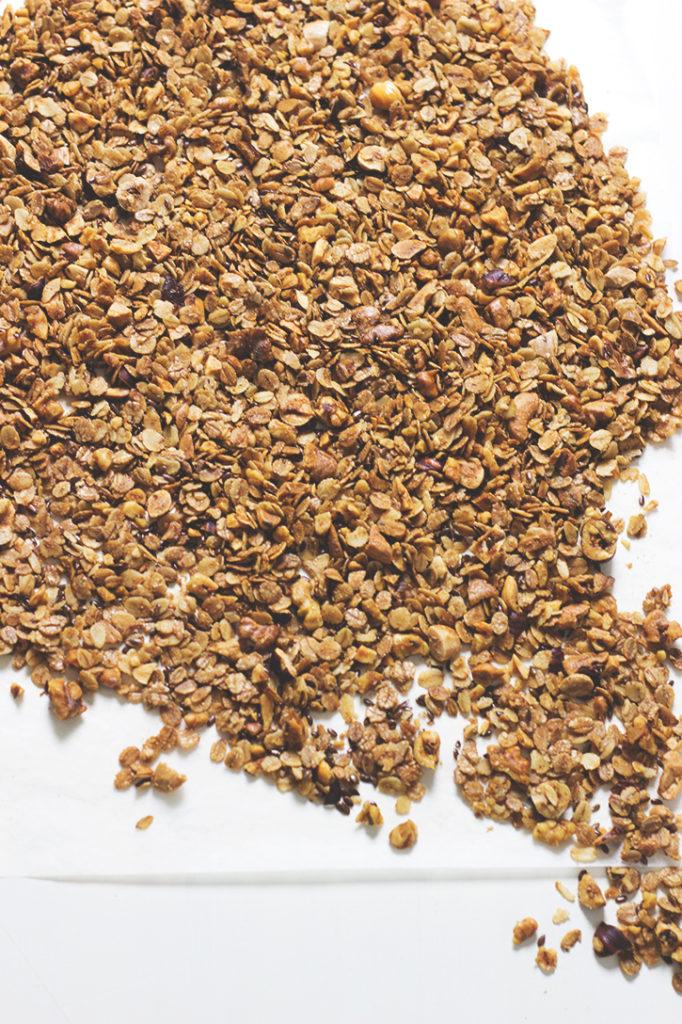 Selbstgemachtes Knuspermüsli aus dem Backofen mit Haferflocken, Leinsamen und Nüssen. Gesundes Frühstück Rezept