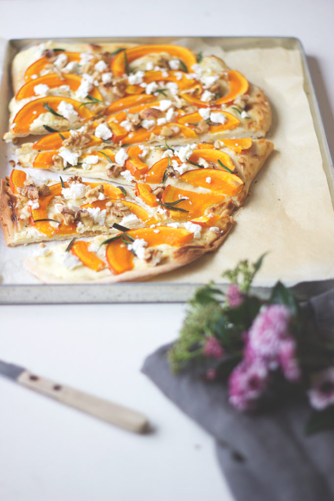 Kürbis-Flammkuchen mit Feta und Walnüssen, vegetarisches Rezept