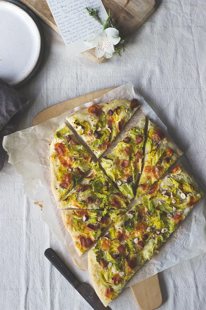 Rezept für knusprigen Wirsing-Flammkuchen mit Scamorza - vegetarischer Flammkuchen