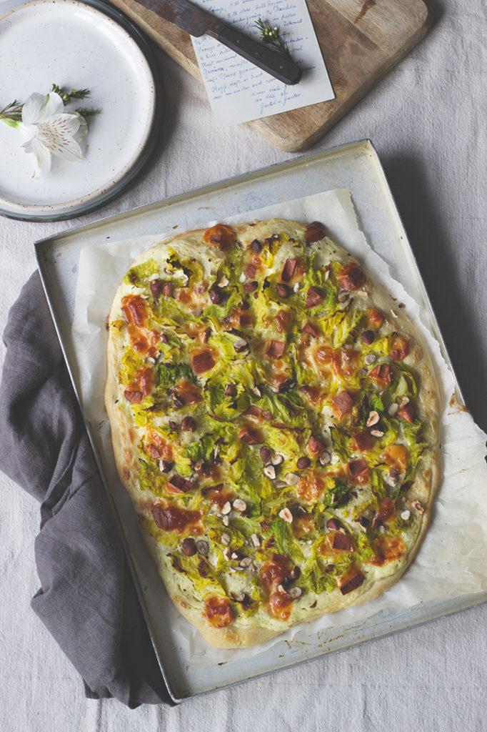 Wirsing-Flammkuchen mit Scamorza und Haselnüssen - Rezept für vegetarischen Flammkuchen