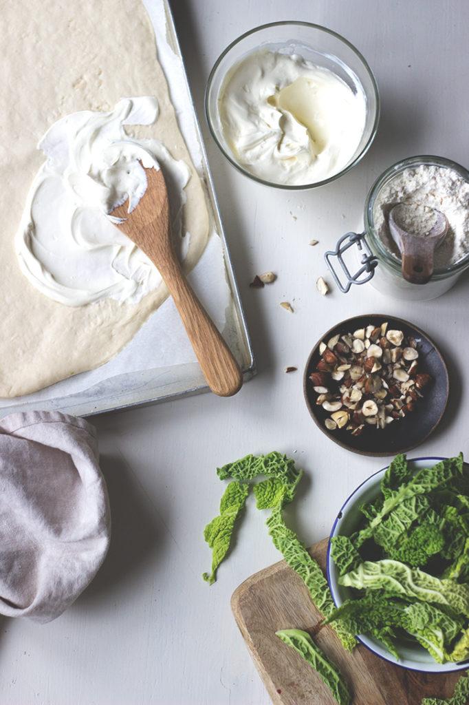 Wirsing-Flammkuchen mit Scamorza und Haselnüssen, vegetarisches Rezept