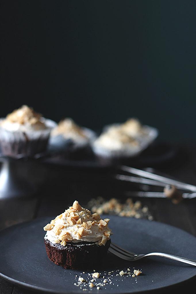 Schokoladen-Cupcakes mit Erdnuss-Frosting - vegan backen