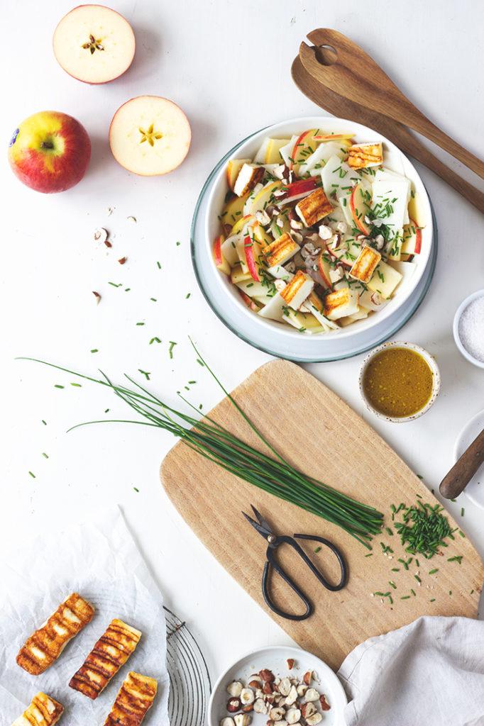 Rezept für Apfel-Kohlrabi-Salat mit Halloumi und Haselnüssen. Foodblog Holunderweg18