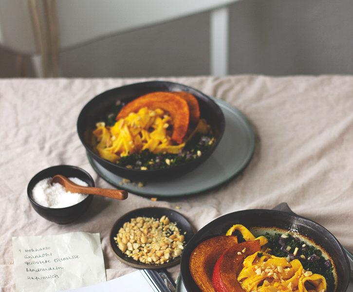Grünkohl-Pasta mit cremiger Kürbissauce, Buchvorstellung Kochbuch Alles vegetarisch von Edeka