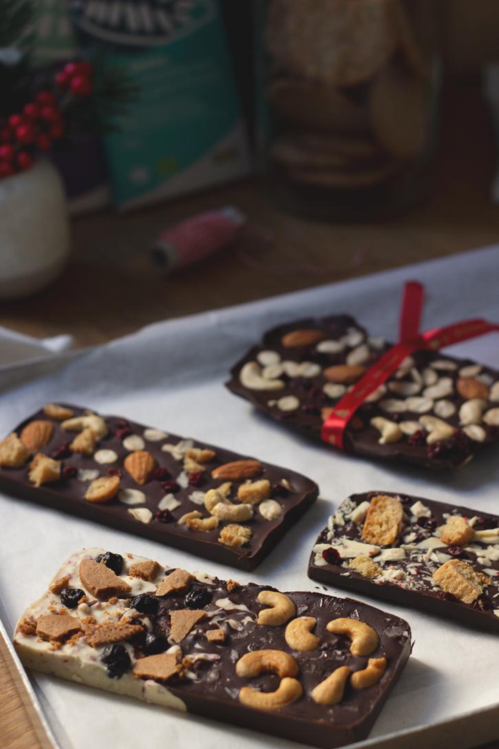 Selbstgemachte Schokoladentafeln mit Nüssen, Keksen, getrockneten Beeren.