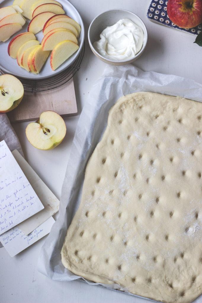 Saftiger Hefeteig, auf dem Blech gebacken: Apfel-Blechkuchen mit Schmand.