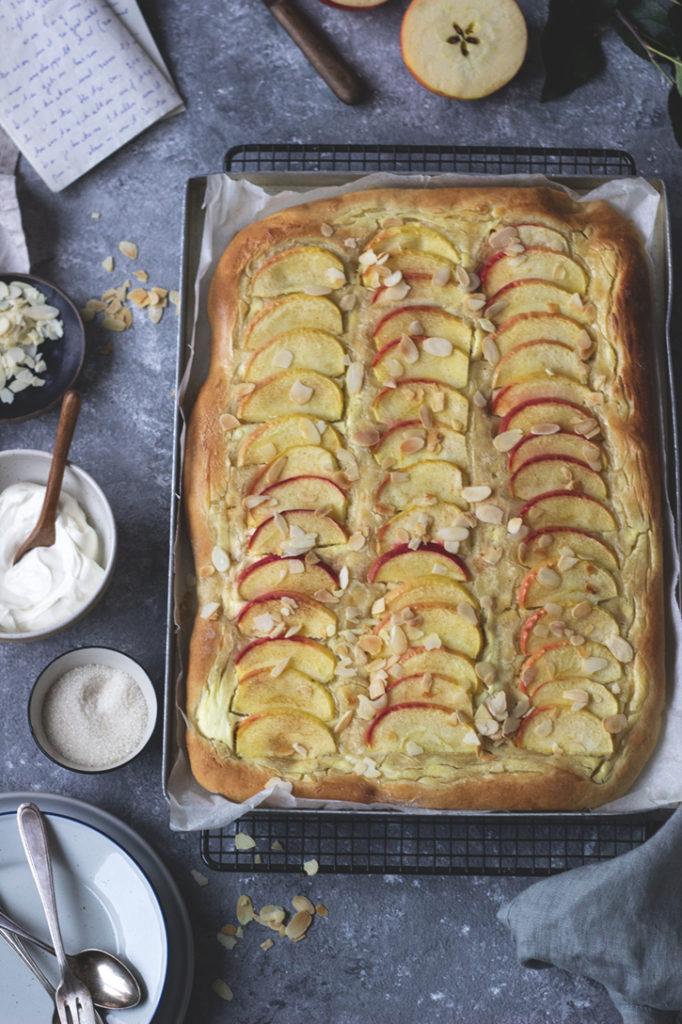 Apfel-Blechkuchen: Saftiger Hefeteig mit Schmand, Mandeln udn Zimt. Einfacher und leckerer Apfelkuchen vom Blech